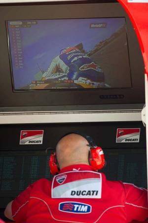 Ducati Marlboro Team szakembere figyeli a szabadedzést